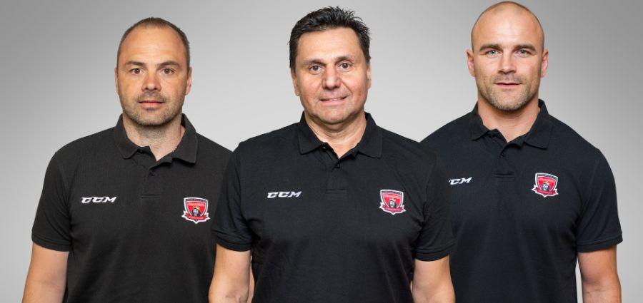 Vladimír Růžička se svými novými asistenty - Danielem Brandou (vlevo) a Davidem Kočí.         Foto: mhk.