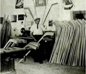 """RYCHNOV N. K. - Na konci rychnovských Chaloupek je dům čp. 393, kde žil a měl svoji dílnu kolář Oldřich Šklíba (1902-1982), výrobce hokejek pro československé národní mužstvo v letech<a class=""""moretag"""" href=""""http://www.orlickytydenik.cz/v-rychnove-se-vyrabely-hokejky-pro-mistry-sveta/"""">...celý článek</a>"""