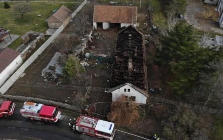 """PARDUBICKO – Vyšetřovatelé spolu skriminalisty pomalu uzavírají tragický požár, který vypukl vSovoluskách na Pardubicku. Do Sovolusek vyjíždělo vneděli 8. prosince 5 jednotek hasičů. """"Hasiči se dostali dovnitř domu a vyhledávali<a class=""""moretag"""" href=""""http://www.orlickytydenik.cz/tragicky-pozar-se-dvema-umrtimi-v-sovoluskach-byl-uzavren/"""">...celý článek</a>"""