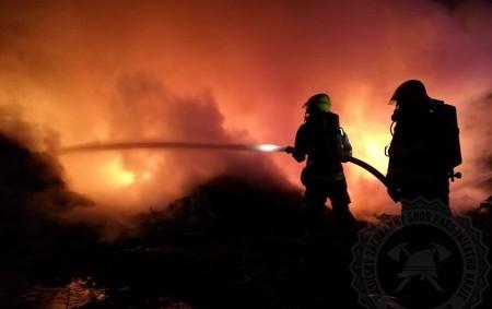 """PARDUBICKO – Kpožáru do areálu skládky ve Zdechovicích vyjíždělo vneděli 3. května ve 21.49 hodin 10 jednotek požární ochrany.Jedná se o požár skládky pneumatik. Od posledního požáru, který vypukl 21.<a class=""""moretag"""" href=""""http://www.orlickytydenik.cz/ve-zdechovicich-se-opet-rozhorela-skladka-pneumatik/"""">...celý článek</a>"""