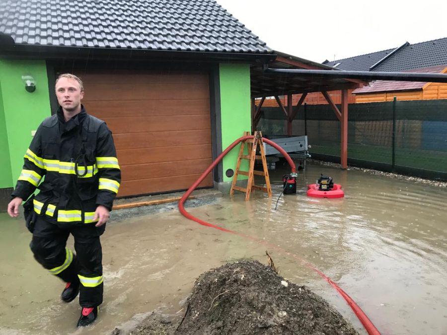 Hasiči museli evakuovat obyvatele ze zaplavených obcí 2 ViewImage