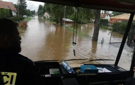 """PARDUBICKÝ KRAJ – Od pondělní 18.00 hodiny do úterní 6.00 hodiny hasiči zPardubického kraje vyjížděli k21 událostem spojených s počasím. Stále monitorují vodní toky, odstraňují popadané stromy, čerpají vodu, rozvážejí<a class=""""moretag"""" href=""""http://www.orlickytydenik.cz/hasici-stale-vyjizdeji-k-udalostem-v-souvislosti-s-pocasim/"""">...celý článek</a>"""
