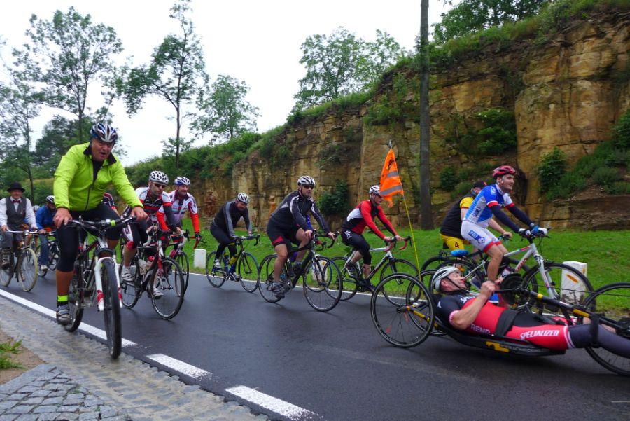 Včele pelotonu Spanilé jízdy jel handicapovaný triatlonista Michal Šiška.     Foto archiv Spolek ABAKUS a Obec Přepychy.