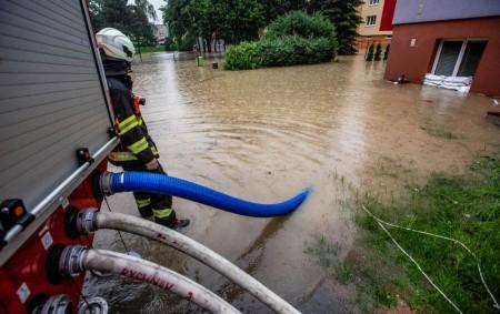 """RYCHNOVSKO – Vokrese Rychnov nad Kněžnou měli ve čtvrtek 18. června 33 zásahů vsouvislosti – například čerpali hasiči vodu ze zatopených sklepů, garáží, suterénu, zahrad a čistili propustky vobcích a<a class=""""moretag"""" href=""""http://www.orlickytydenik.cz/hasice-zamestnaly-zasahy-v-souvislosti-se-silnym-destem/"""">...celý článek</a>"""