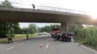 """HRADECKO – V neděli 5. července došlo krátce před půl 6 ranní v Hradci Králové na Malšovickém mostě k dopravní nehodě osobního automobilu Opel Vectra. """"Sedmačtyřicetiletý řidič najel na pravý"""