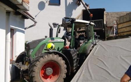 """ORLICKOÚSTECKO – Po deváté hodině dopolední došlo 22. července vDolní Dobrouči na Orlickoústecku khavárii traktoru, který následně poškodil dva rodinné domy. """"Jak uvedl řidič traktoru, zřejmě se mu uvolnilo závaží<a class=""""moretag"""" href=""""http://www.orlickytydenik.cz/traktor-ponicil-rodinny-dum-a-pergolu/"""">...celý článek</a>"""