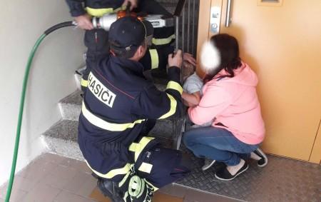 """PARDUBICKÝ KRAJ – Pomoc hasičů potřeboval dnes 19. srpna po jedenácté hodině dopoledne ve Svitavách malý tříletý chlapec. Klučina prostrčil hlavu do zábradlí na schodišti bytového domu a už ji<a class=""""moretag"""" href=""""http://www.orlickytydenik.cz/hasicum-slibil-ze-uz-to-vickrat-neudela/"""">...celý článek</a>"""
