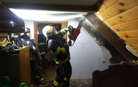 """NOVÝ HRÁDEK -V katastru části Končiny zasahovaly 15. srpna čtyři jednotky u požáru střechy rodinného domu. Na místě zasahovali profesionální hasiči z Dobrušky a JSDH Nový Hrádek, Olešnice v Orlických<a class=""""moretag"""" href=""""http://www.orlickytydenik.cz/pozar-lepenky-vznikl-pri-praci-na-strese/"""">...celý článek</a>"""