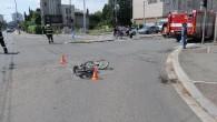 HRADECKO – Ve čtvrtek 6. srpna před 11.30 policisté vyjížděli ke střetu cyklisty s osobním autem, ke kterému došlo na křižovatce ulic Gočárova a Střelecká ulice v centru Hradce Králové.