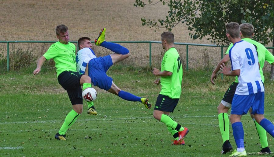 Fotbalisté Týniště (v zeleném) pokračují v soutěži bez ztráty bodu.    Foto: fotbalfoto.