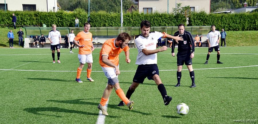 V souboji béček vrátil Rychnov Kostelci prohru z finále poháru OFS Rychnov i s úroky.   Foto: fotbalfoto.