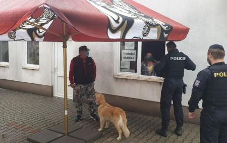 """KRAJ - V Královéhradeckém kraji byly posíleny hlídky o desítky policistů, kteří se budou ve větší míře zaměřovat na kontroly dodržování vládních opatření, zavedených vzhledem knepříznivému vývoji šíření nákazy onemocněním<a class=""""moretag"""" href=""""http://www.orlickytydenik.cz/desitky-policistu-kontroluji-dodrzovani-vladnich-narizeni/"""">...celý článek</a>"""