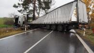 PARDUBICKO – Kamion sopilým řidičem narazil do stromu a krabice vína se vysypaly na silnici. Během dvou dnů řešili policisté další havárii kamionu, který díky podnapilosti řidiče skončil napříč komunikací.