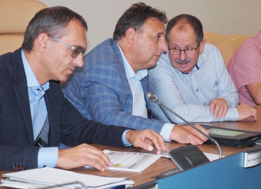 Miloš Židík - předseda OFS Rychnov a Václav Andrejs - předseda KFS KHK (zprava).     Foto: fotbalfoto.