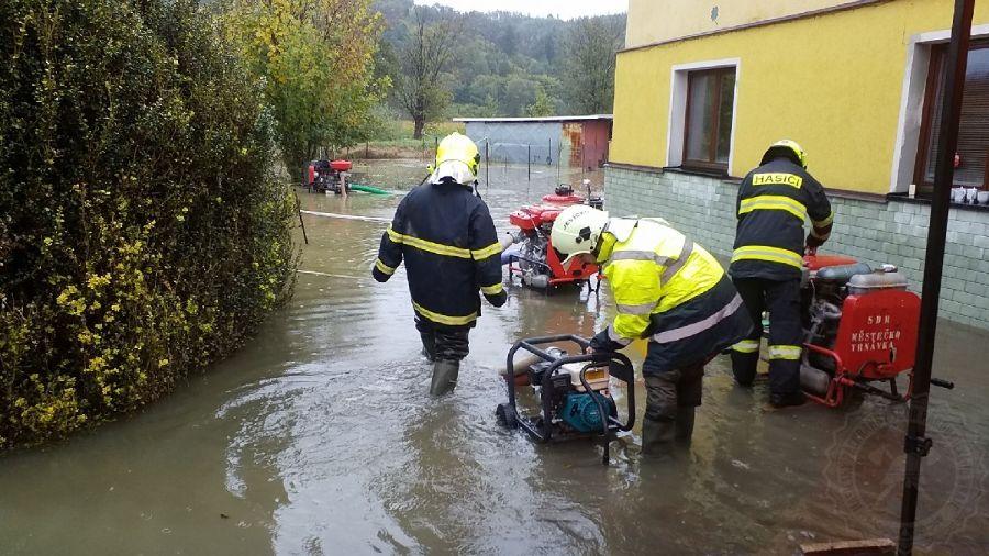 hasiči odstraňují následky povodníViewImage