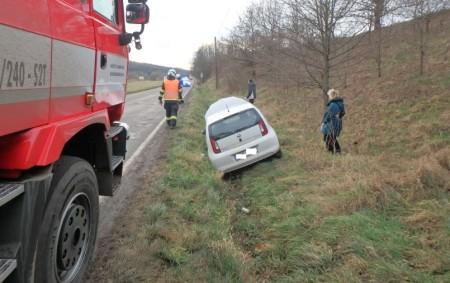 """JEDLINA – Rychnovští profesionální hasiči byli 6. prosince odpoledne přivoláni kosobnímu vozidlu, které havarovalo mimo komunikaci mezi Rychnovem nad Kněžnou a Synkovem. Hasiči provedli na voze protipožární opatření. Nehoda se<a class=""""moretag"""" href=""""http://www.orlickytydenik.cz/auto-skoncilo-v-prikope-2/"""">...celý článek</a>"""