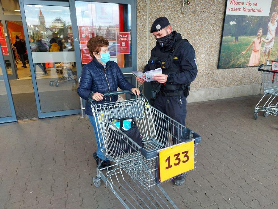 Policisté dohlížejí na bezpečnost v předvánočním ViewImage