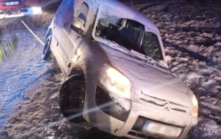 """KOSTELEC B. O. – Včásti Kostelecká Lhota odstranili hasiči 7. ledna v0.22 hodin následky dopravní nehody osobního automobilu, který havaroval na silnici č. 316. Auto skončilo částečně vpříkopu na boku.<a class=""""moretag"""" href=""""http://www.orlickytydenik.cz/auto-skoncilo-po-nehode-na-boku-v-prikopu/"""">...celý článek</a>"""