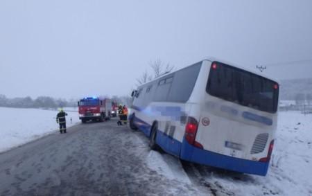 """KOSTELEC N. O. - Včásti Kostelecká Lhota pomohlyl 12. ledna jednotky požární ochrany svyproštěním uvízlého autobusu, který hrozil pádem do příkopu. Komunikace musela být po dobu vyprošťovacích prací uzavřena. Autobus<a class=""""moretag"""" href=""""http://www.orlickytydenik.cz/autobus-uvizl-hrozil-pad-do-prikopu/"""">...celý článek</a>"""