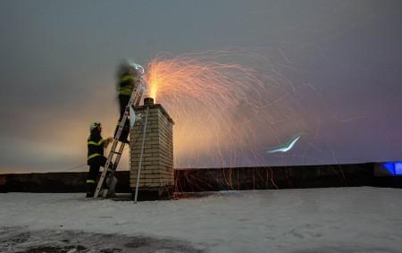 """KRAJ – Teploty klesají a vněkterých domácnostech se již začíná topit. Stopnou sezónou se však zvyšuje i riziko požárů, jejichž příčinou jsou neudržované komíny a kotle. Vuplynulé topné sezóně (1.<a class=""""moretag"""" href=""""http://www.orlickytydenik.cz/topna-sezona-zacina-hasici-budou-mit-praci-navic/"""">...celý článek</a>"""