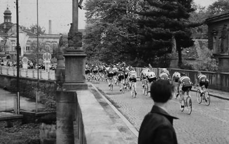 """VAMBERK –Největší amatérský cyklistický závod východní Evropy, nebo-li Tour de France východu, se konal vždy vkvětnových dnech na silnicích dřívějších socialistických zemí. Závod míru byl sice protkán myšlenkami socialismu, ale<a class=""""moretag"""" href=""""http://www.orlickytydenik.cz/17-kvetna-roku-1968-startoval-z-vamberka-cyklisticky-zavod-miru/"""">...celý článek</a>"""