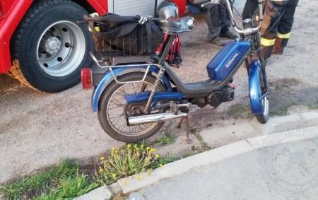 """PARDUBICKO – Řidiči motocyklu Babetta vúterý 4. května v Dašicích pomohli kolemjdoucí lidé. Muž ležel na silnici vedle svého mopedu, na jeho helmě byl viditelný náraz. Na místě zasahovaly dvě<a class=""""moretag"""" href=""""http://www.orlickytydenik.cz/muz-lezel-na-silnici-vedle-sveho-mopedu/"""">...celý článek</a>"""