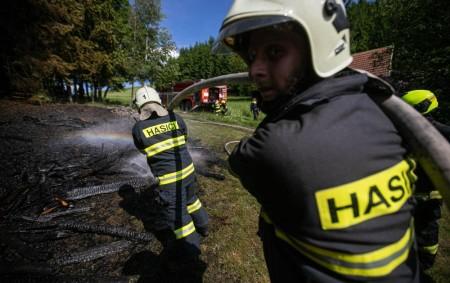 """KOUNOV - Sedm jednotek hasičů zdruhého stupně požárního poplachu bylo 9. června v15.28 hodin vysláno kohlášenému požáru uskladněného dřeva vKounově. Požár rozfoukával vítr a rychle se tak blížil knedalekému lesu.<a class=""""moretag"""" href=""""http://www.orlickytydenik.cz/v-kounove-vznikl-pozar-z-nedbalosti/"""">...celý článek</a>"""