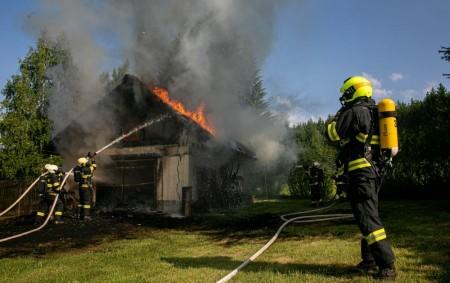 """NOVÝ HRÁDEK – Sedm jednotek hasičů vyslal operační důstojník 8. června v08.09 hodin k ohlášenému požáru garáže u rodinného domu v části Krahulčí, vyhlášen byl druhý stupeň požárního poplachu. Na<a class=""""moretag"""" href=""""http://www.orlickytydenik.cz/pri-pozaru-garaze-horkem-zkolaboval-jeden-hasic/"""">...celý článek</a>"""