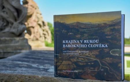 """KRAJ – V pátek 30. července byla v hospitálu Kuks slavnostně pokřtěna odborná publikace Krajina v rukou barokního člověka, lidé 16.–18. století na východě Čech, kterou vydal Národní památkový ústav,<a class=""""moretag"""" href=""""http://www.orlickytydenik.cz/nova-kniha-odhaluje-odkaz-baroka-v-krajine-vychodnich-cech/"""">...celý článek</a>"""