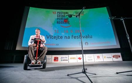 """NOVÉ MĚSTO N. M. – I druhý festivalový den se v Novém Městě nad Metují soutěžilo o diváckou cenu smíchu. Na programu byly (mimo jiné) dva soutěžní snímky. Vyšehrad:Seryjál, na<a class=""""moretag"""" href=""""http://www.orlickytydenik.cz/druhy-festivalovy-den-delegace-v-kine-i-na-platne/"""">...celý článek</a>"""