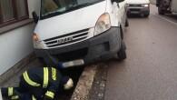 RYCHNOV N. K. – VDobrovského ulici pomohla 12. října profesionální rychnovská jednotka svyproštěním dodávky, která vyjela ze silnice a zůstala nakloněna ke zdi rodinného domu. Vozidlo hasiči zkontrolovali na případný