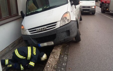 """RYCHNOV N. K. – VDobrovského ulici pomohla 12. října profesionální rychnovská jednotka svyproštěním dodávky, která vyjela ze silnice a zůstala nakloněna ke zdi rodinného domu. Vozidlo hasiči zkontrolovali na případný<a class=""""moretag"""" href=""""http://www.orlickytydenik.cz/dodavka-sjela-ze-silnice/"""">...celý článek</a>"""